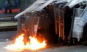 Enrique Peña Nieto asume la presidencia de México en medio de violentas protestas
