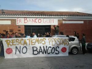 Espagne, des habitants de la Palmilla transforment une agence bancaire désaffectée en cantine populaire