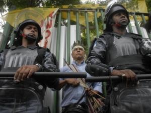 Ativistas acompanham cerco da Polícia Militar ao antigo Museu do Índio