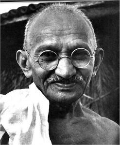 La straordinaria attualità di Gandhi, un uomo di fede contro tutte le guerre