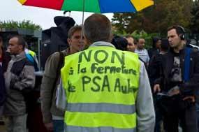 Greve de trabalhadores franceses da Peugeot contra demissões