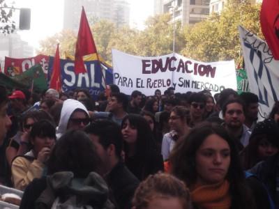 Chile: Dispersan y reprimen marcha contra el lucro convocada por secundarios e instituciones privadas