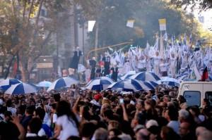 Plaza de Mayo piena di gente per la Giornata della Memoria
