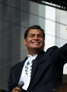 Rafael Correa toma posse e comemora redução da pobreza no Equador