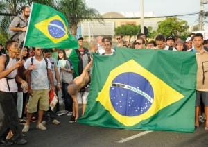Mais de 100 mil protestam em Belo Horizonte com repressão policial