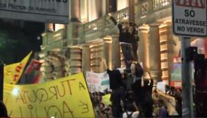 Vídeo da violenta repressão policial em SP contra manifestantes desarmados