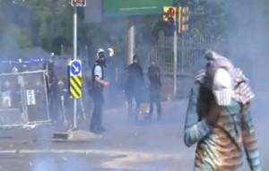 Veja vídeo da polícia turca atirando gás no rosto de manifestantes. ONU pede investigação de abuso policial