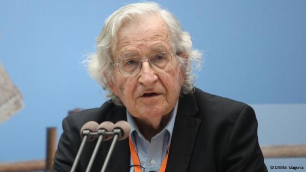 Noam Chomsky: Bernie Sanders non è un radicale. Le sue posizioni su sanità e tasse hanno un sostegno di massa