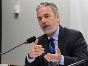 Chanceler brasileiro nega viés ideológico na contratação de médicos cubanos