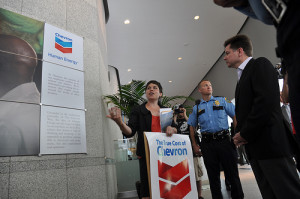 La savante américaine Antonia Juhasz visite les sites amazoniens touchés par la compagnie pétrolière Chevron-Texaco
