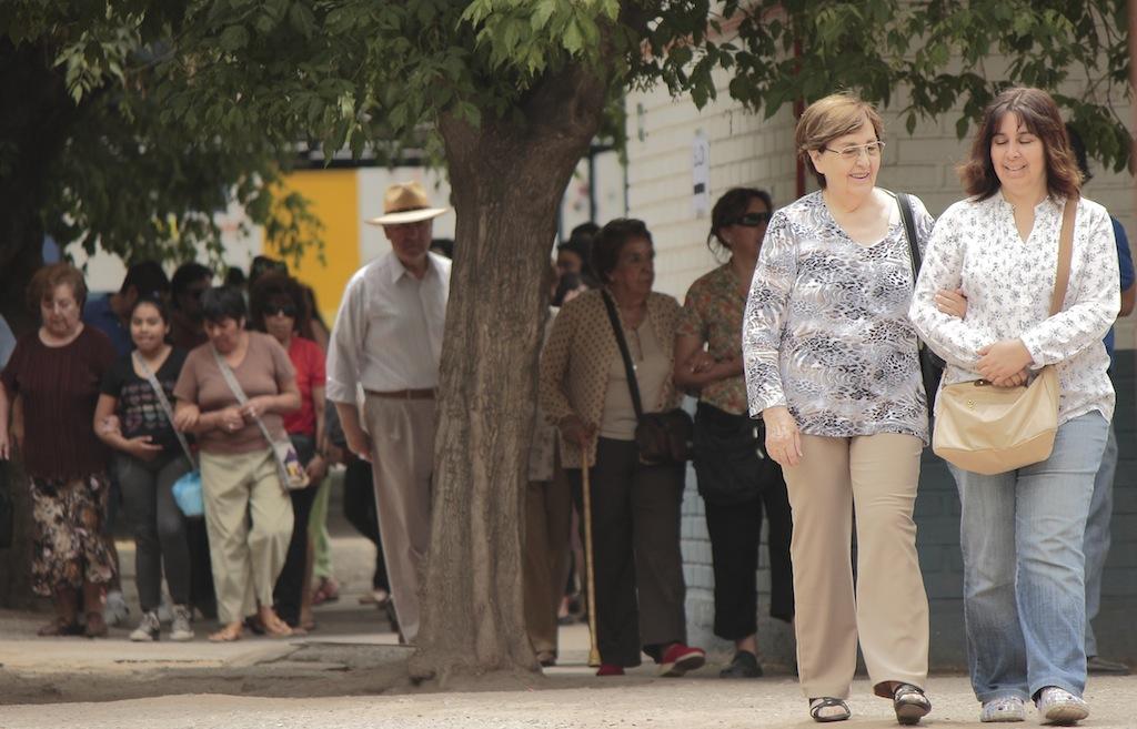 mujeres saliendo votar