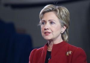 Clinton se aleja de Obama en política exterior; critica su postura en Siria
