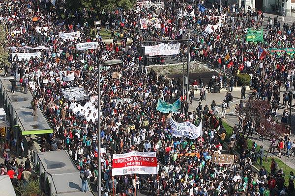 Chile: Estudiantes en marcha multitudinaria exigen participar en Reforma Educacional