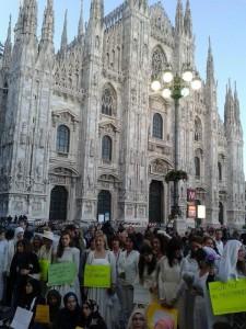 Flash mob con la sposa in piazza Duomo a Milano