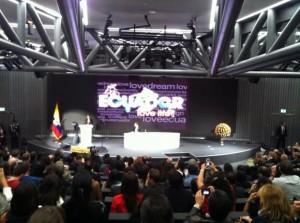 En conferencia en Suiza, presidente Correa defiende uso de recursos naturales para desarrollar el talento humano