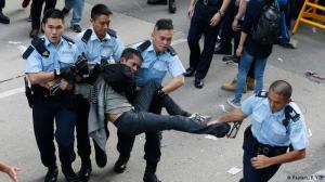 Remoção de barricadas em Hong Kong termina em tumulto