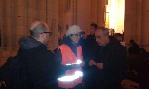Tratando de negociar con uno de los sacerdotes de la Almudena