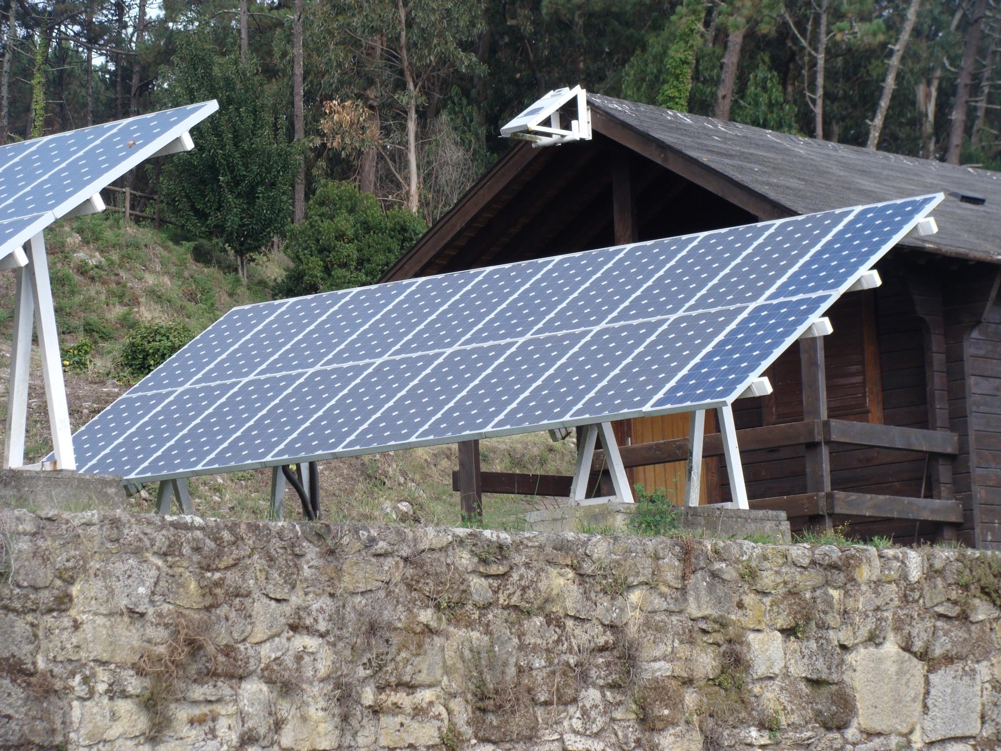 Pressenza generaci n de energ a el ctrica la paradoja - Casas con placas solares ...