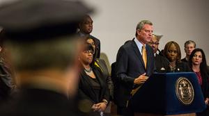 """Secondo il sindaco di New York """"secoli di razzismo spiegano la brutalità poliziesca"""""""