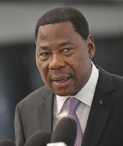 """""""Sii Charlie anche qui"""": presidente del Benin contestato in tv"""