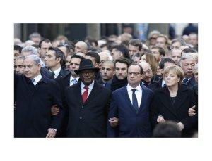 Al corteo di Parigi anche i leader dei paesi che non rispettano la libertà di stampa