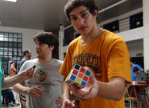 Videos: El desafío del Cubo Rubik crece también en Argentina