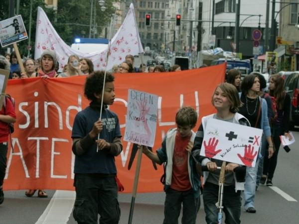 Am Red Hand Day fordert die EAK den Verzicht der Rekrutierung von Jugendlichen