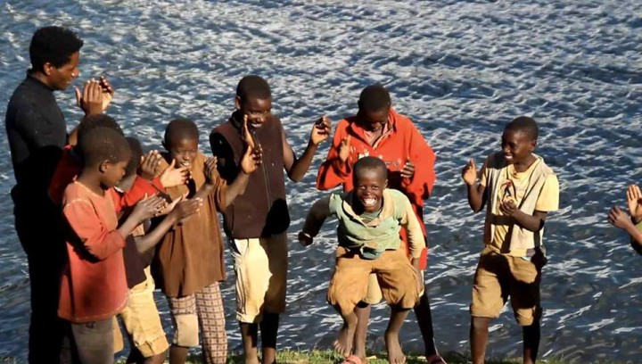 I bambini ballano per celebrare la diversità
