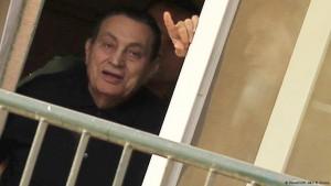Mubarak é condenado a três anos de prisão