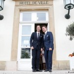 O arquiteto Gauthier Destenay e o primeiro-ministro Xavier Bettel posam para fotos após o casamento