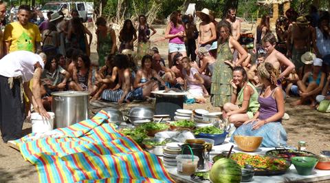 """LÉZAN : Un village auto-géré """"expérimental"""" attire des milliers de personnes"""