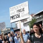 """Manifestante exibe cartaz com a expressão """"não há democracia sem liberdade de imprensa"""""""