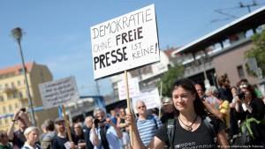 Centenas participam de protesto pela liberdade de imprensa em Berlim