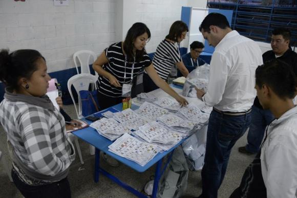 Guatemala elegirá a presidente en balotaje tras primera vuelta cumplida en medio de crisis por corrupción
