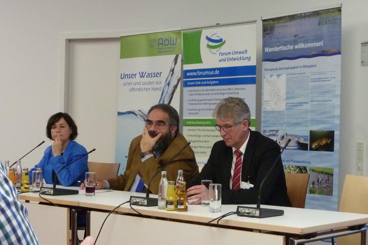Podium mit Christa Hecht (AöW), Botschafter Jorge Jurado und MinR Thomas Stratenwerth
