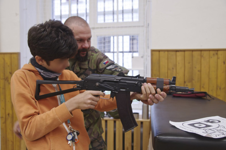 armi a scuola faccia oscurata 1