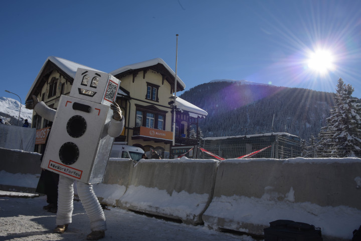 WEF 2016: Roboter tanzt für Grundeinkommen