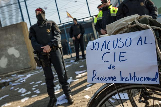 Los asistentes han escrito sus acusaciones contra el CIE. Foto Sandra Lázaro