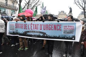 Contro lo stato d'emergenza, migliaia di manifestanti in Francia