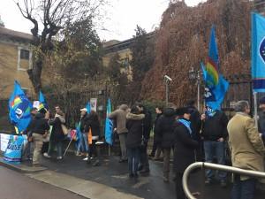 Milano, presidio contro i licenziamenti davanti al Policlinico