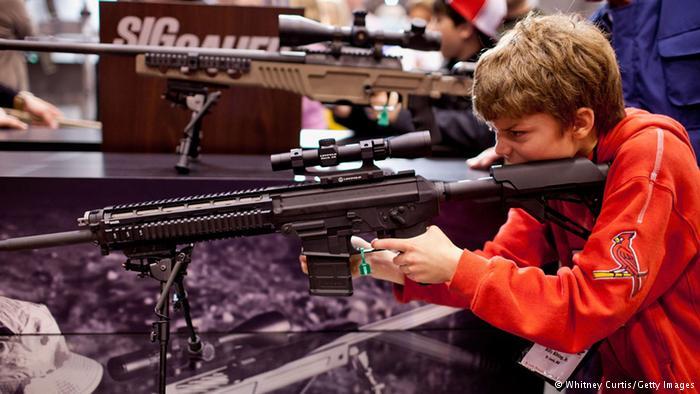 Adolescente brinca com arma durante feira da NRA: Segunda Emenda à Constituição garante porte no país