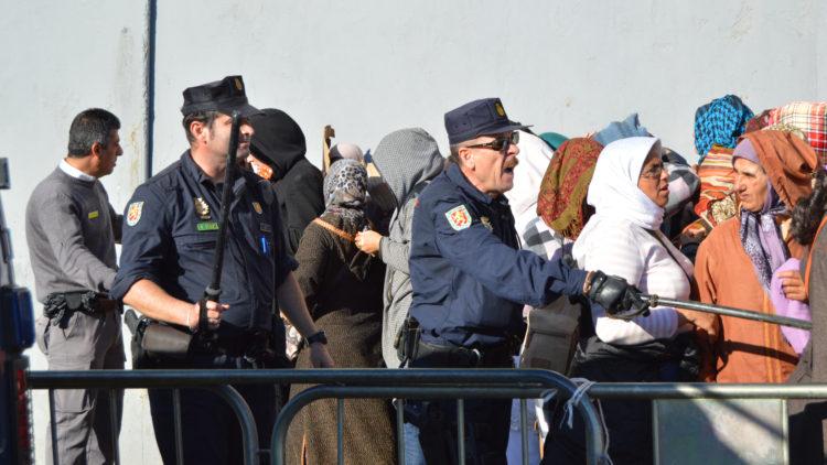1  frontera porteadores policias controlando (87)
