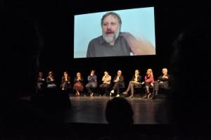 DiEM25: στο Βερολίνο το λαϊκό θέατρο Volksbühne γέμισε ελπίδα