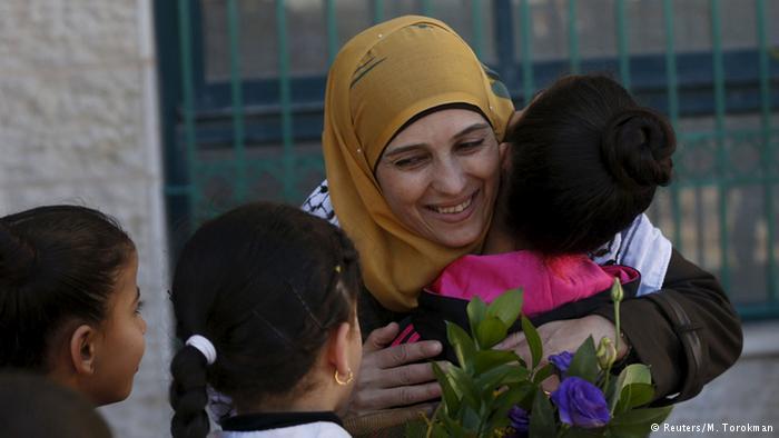 Hanan al-Hroub dá aulas a crianças refugiadas
