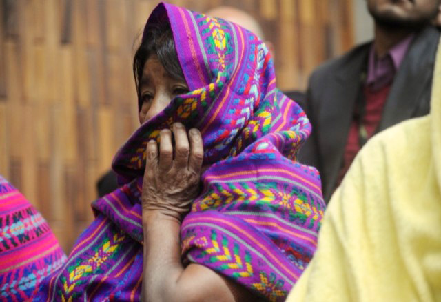 Las mujeres con el rostro cubierto, esconden bajo esos mantos los rostros de la dignidad. Foto: Cristina Chiquín