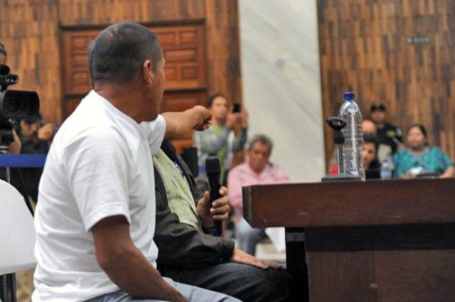 Testigo señala al comisionado militar Heriberto Valdez Asij, como responsable de desapariciones forzadas y violaciones. Foto: Cristina Chiquín
