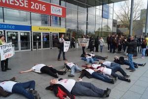 TTIP kills Democracy: Attac-Aktivisten legen sich quer