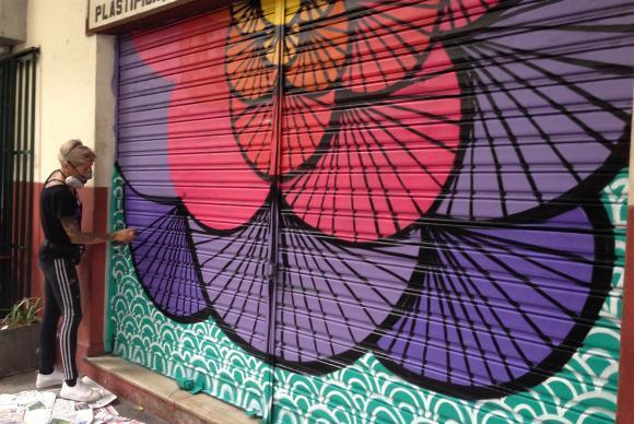 Militantes fazem grafite para cobrir mensagens de ódio no Rio