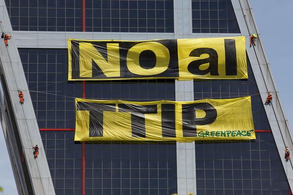 Activistas de Greenpeace suben a las Torres Kio para decir NO al TTIP