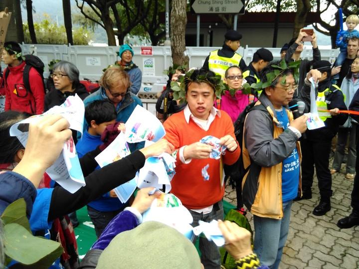 Pancartas anónimas difunden mensaje del gobierno sobre el desarrollo de Lantau